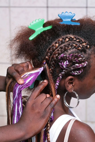 Divida os cabelos restantes em v�rias mechas de diferentes espessuras para iniciar a confec��o das tran�as