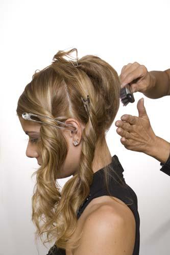 Prenda a parte de trás dos cabelos no alto da cabeça, aplique fixador|Moisés Moraes