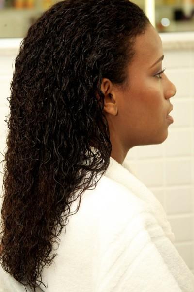 Foto 03: Umedeça os cabelos por completo;|Divulgação