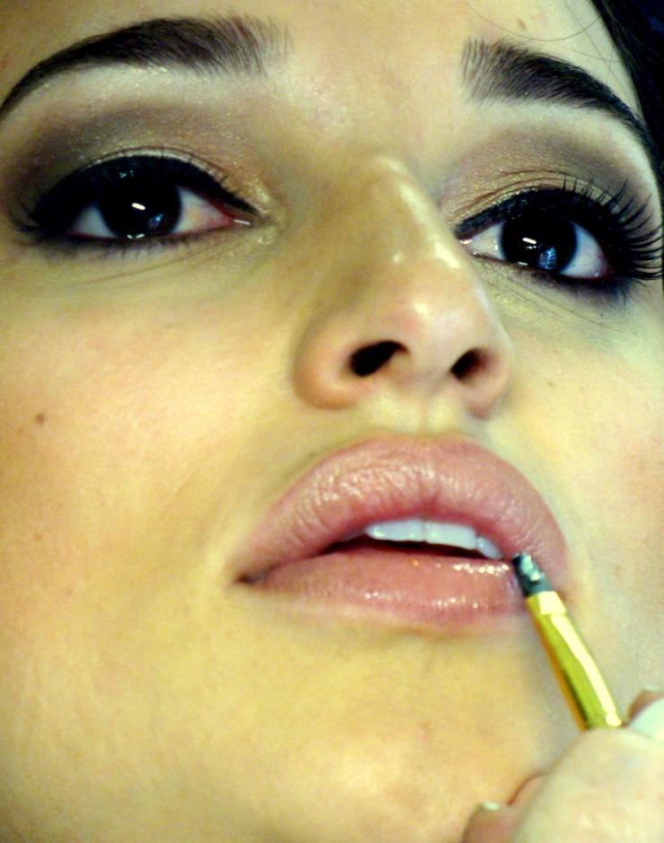 Foto 16: Aplique o batom com o pincel, misturando com o contorno, e use gloss incolor somente no centro do lábio|Moisés Moraes