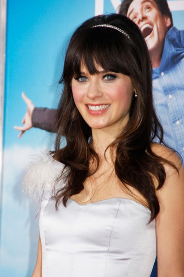 A atriz Zooey Deschanel gosta de tiaras, fitas e laços para enfeitar os fios|Reprodução