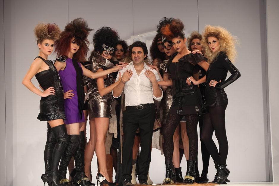 O hairstylist Eric Zemmour com as modelos que desfilaram suas criações|Moisés Moraes