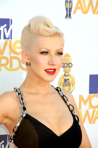 Christina Aguilera, fatal com coque banana e cabelo platinado|Getty Images