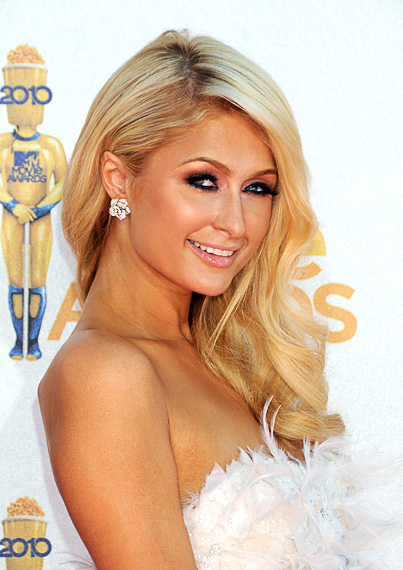 A socialite Paris Hilton e seu habitual penteado|Getty Images