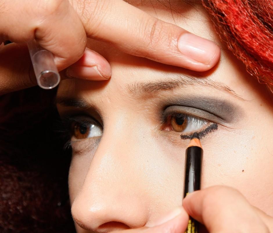 Foto 5: faça traços com lápis delineador preto até o centro das pálpebras inferiores.|Arnaldo Bento