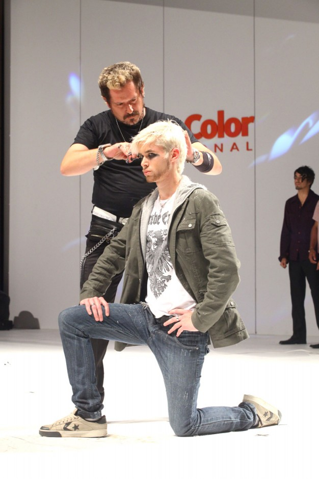 Roberto Mesones realiza corte no palco do Creative Color International|Moisés Moraes