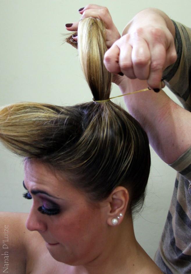 Foto 03: Em um rabo de cavalo alto, suba o restante do cabelo, inclusive as laterais|Nana D'Luize