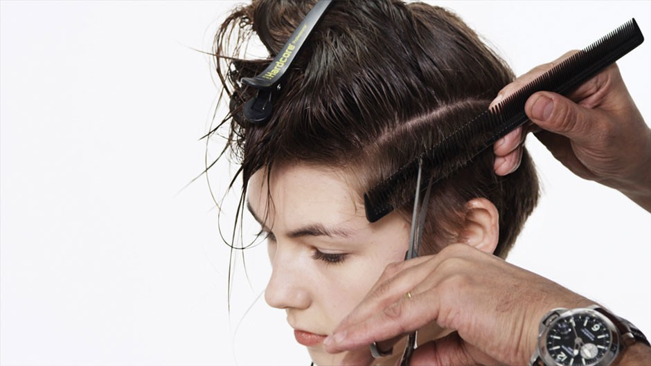 Foto 9: Suavize os lados cortando os cabelos com auxílio de um pente|Alberto Foco