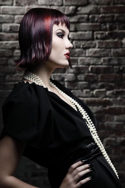 O cabelo curto foi trabalhado em duas cores: fundo vermelho coberto pela camada mais escura|Alberto Foco