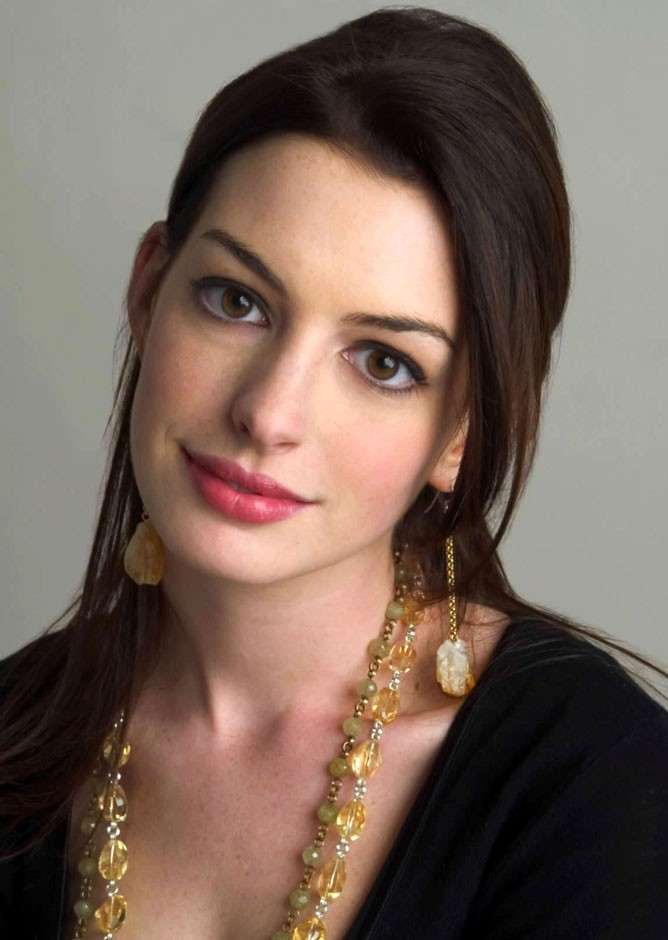 Oval: Anne Hathaway|Alberto Foco